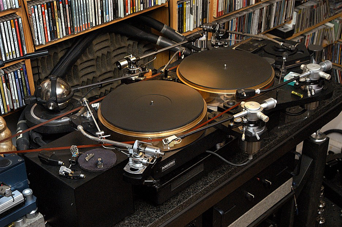 2 turntables and 6 arms.jpg